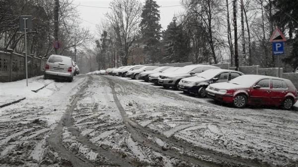 """PSD îl """"îngroapă"""" în zăpadă pe Emil Boc: """"Există posibilitatea să manifestaţi un minim interes pentru drumurile înzăpezite?"""""""
